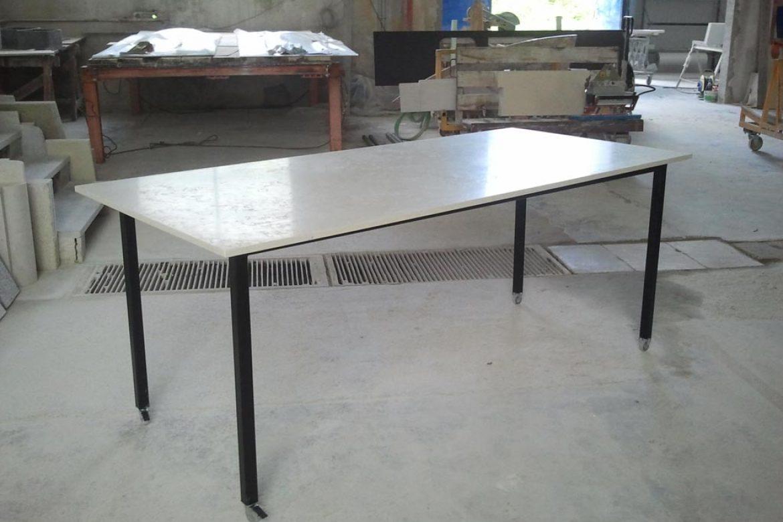 Tavolo in acciaio con ripiano in Biancone di Asiago
